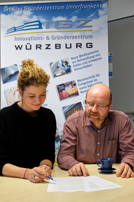 Foto: Dr. Jennifer Gehring (Projektleiterin IGZ) und Dr. Gerhard Frank (Projektleiter IGZ) bei der Arbeit.